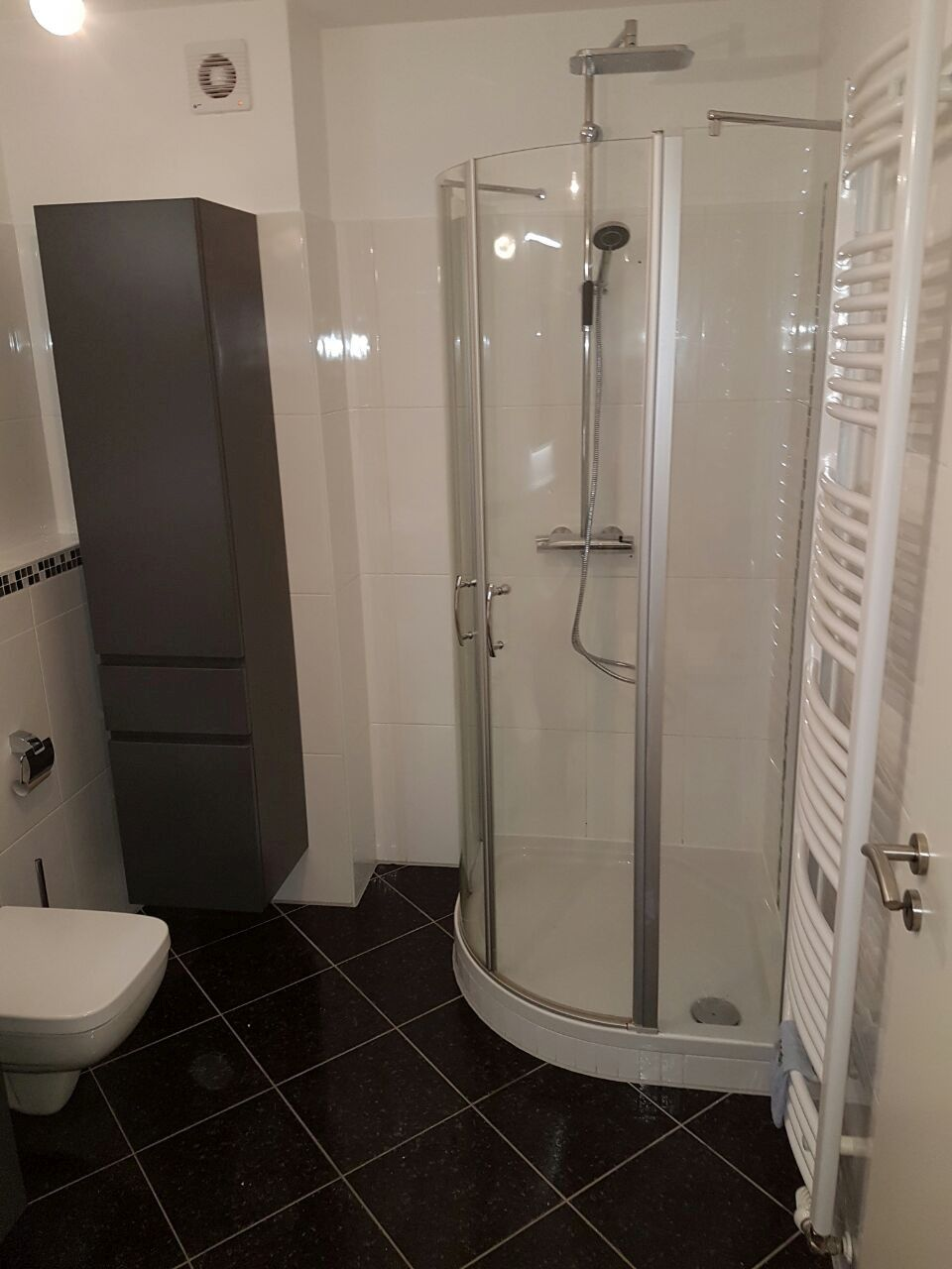 Kleines Bad optimal nutzen, Glasdusche und Fliesen wirken Wunder